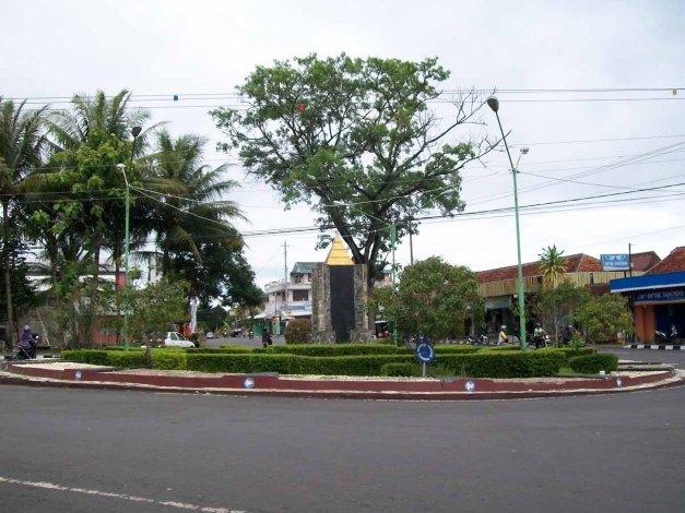 Bundaran Jln. Kol. Sugiyono merupakan Bundaran tersbesar di Kota Wonosari dengan tugu dan pohon di tengahnya.