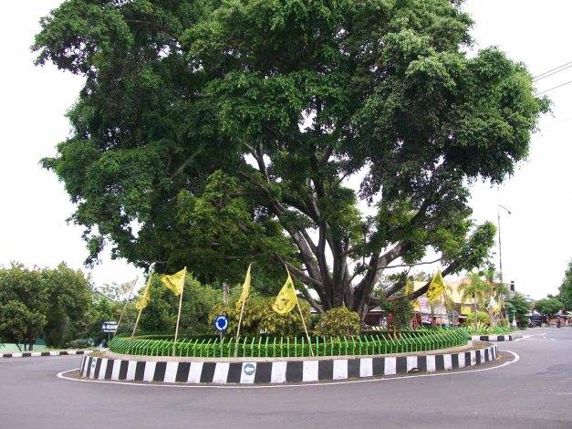 Bundaran dipertigaan Kodim 0730/GK Wonosari ditengahnya terdapat pohon besar.