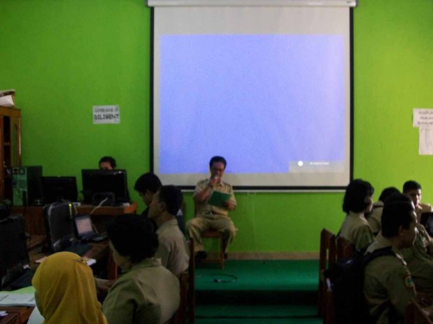Selasa (11/12/12). Kepala Sekolah SDN Jetis I memberikan sambutan untuk membuka rangkaian kegiatan pelatihan.