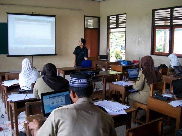 Selasa (18/12/12). Suasana Pelatihan Pembuatan Materi Ajar di SDN Kalisari Temon Kulonprogo.