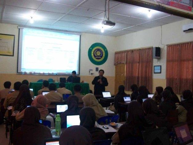Suasana Pelatihan Pembuatan Materi Ajar Bagi semua Guru dan Kepala Sekolah di SD Al-Mujahidin Wonosari