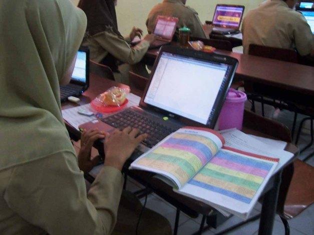 WONOSARI Senin (17/12/12). Peserta pelatihan membuat GBIPM dengan menggunakan buku pelajaran sebagai referensi.