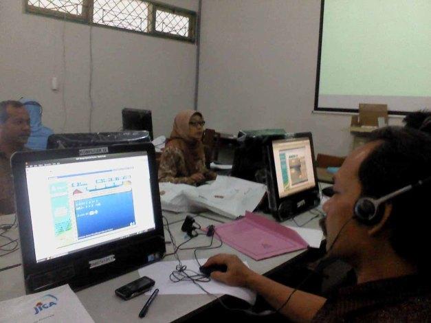KULONPROGO, Jum'at (9/11/12). Peserta pelatihan mengakses Jogja Belajar.