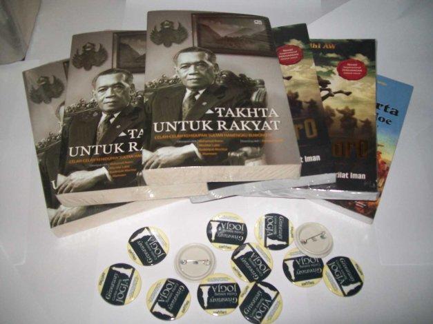 """Tiga buah buku """"Takhta Untuk Rakyat"""", dua buah novel """"Diponegoro"""", sebuah buku """"Kota Yogyakarta Tempo Doeloe"""" dan dua belas pin """"Giveaway Cerita Tentang Jogja"""" siap dikirim kepada para pemenang dan seluruh peserta."""